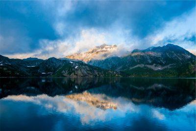 Foto de un lago con montañas al fondo