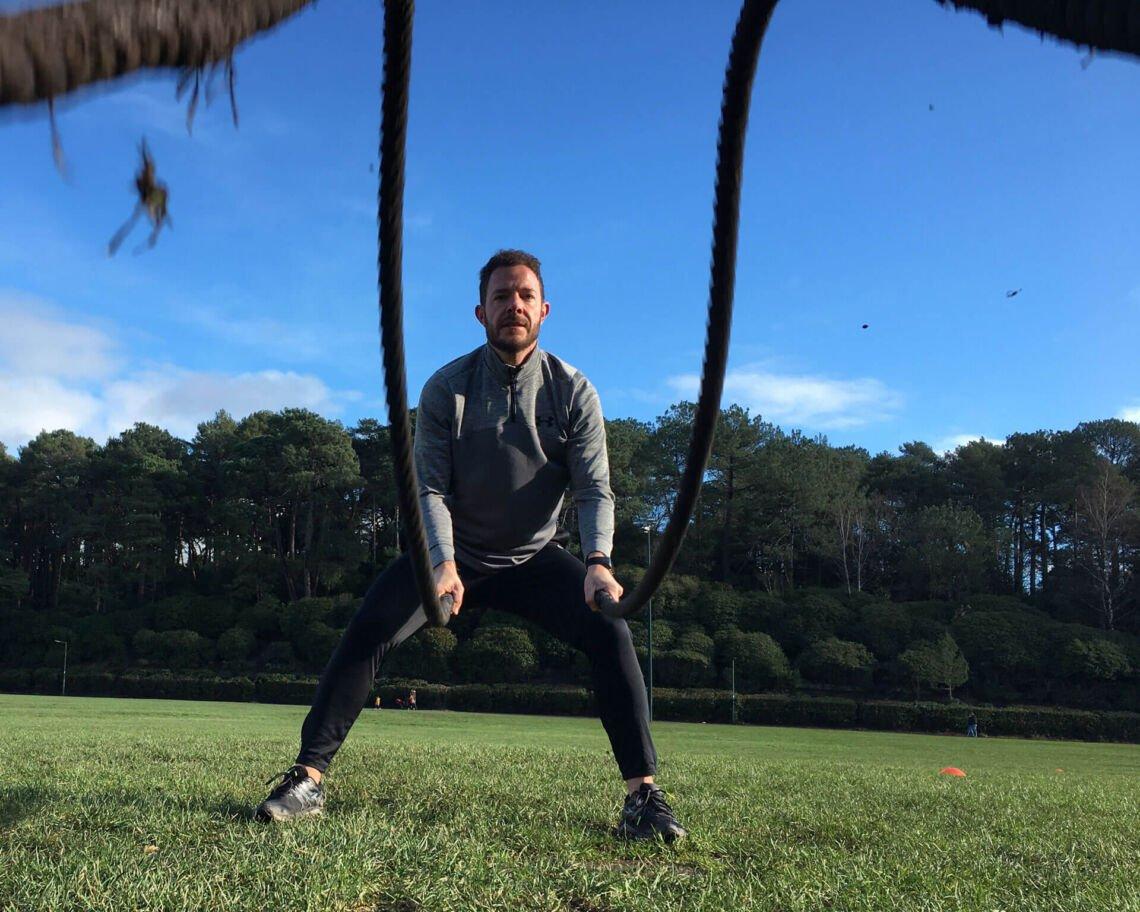 Foto de Manu haciendo ejercicio con cuerdas